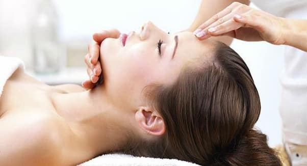 using essential oils to help treat itchy and dry skin